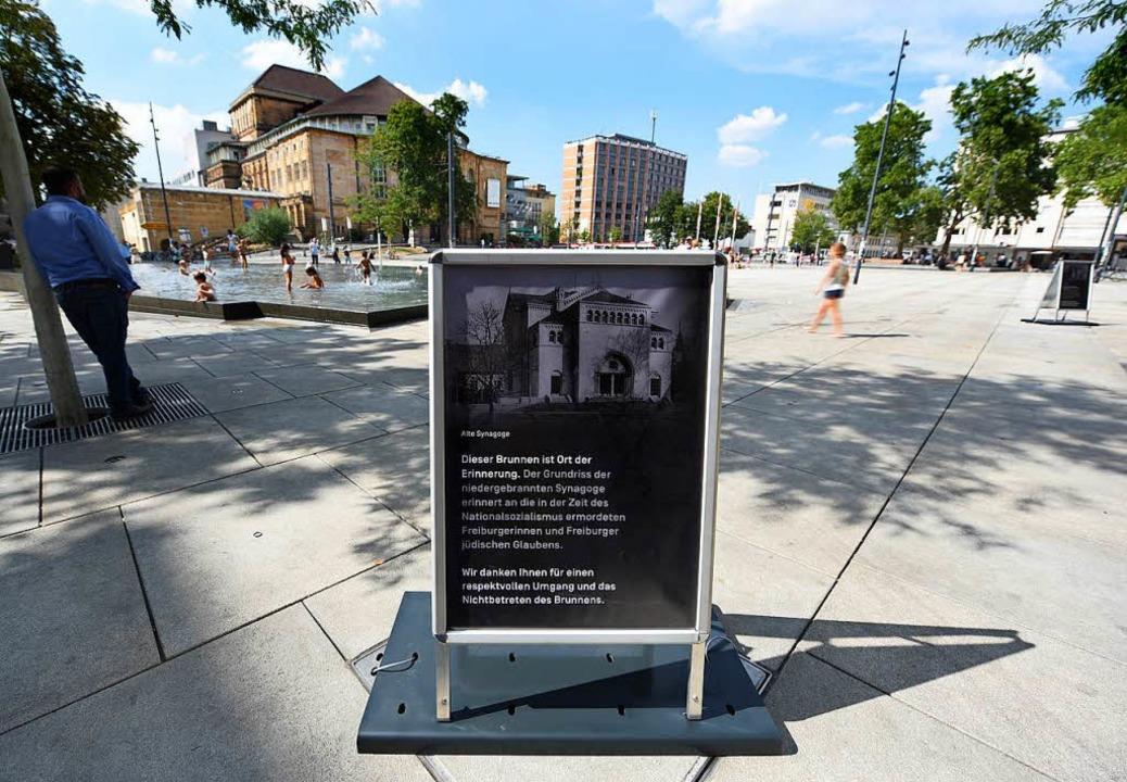 Eine der drei neuen Hinweistafeln am Gedenkbrunnen    Foto: Rita Eggstein