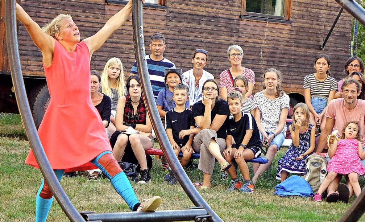 Mit akrobatischen Nummern zogen die Artisten ihre Zuschauer in den Bann.   | Foto: Roswitha Frey