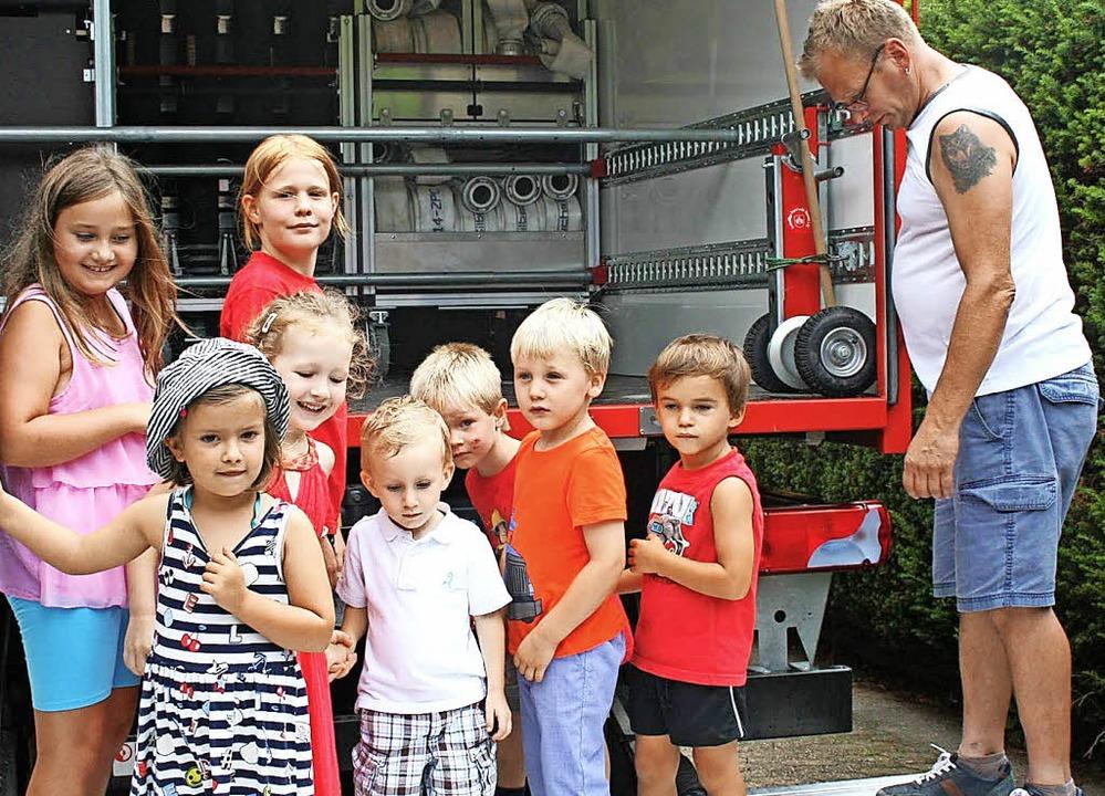<BZ-FotoAnlauf>Kinder bei der Feuerweh... Inspektion der Fahrzeuge  viel Spaß.   | Foto: Ralph Lacher