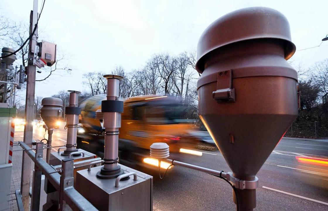 Die Luft-Messstation am Neckartor in Stuttgart.  | Foto: dpa