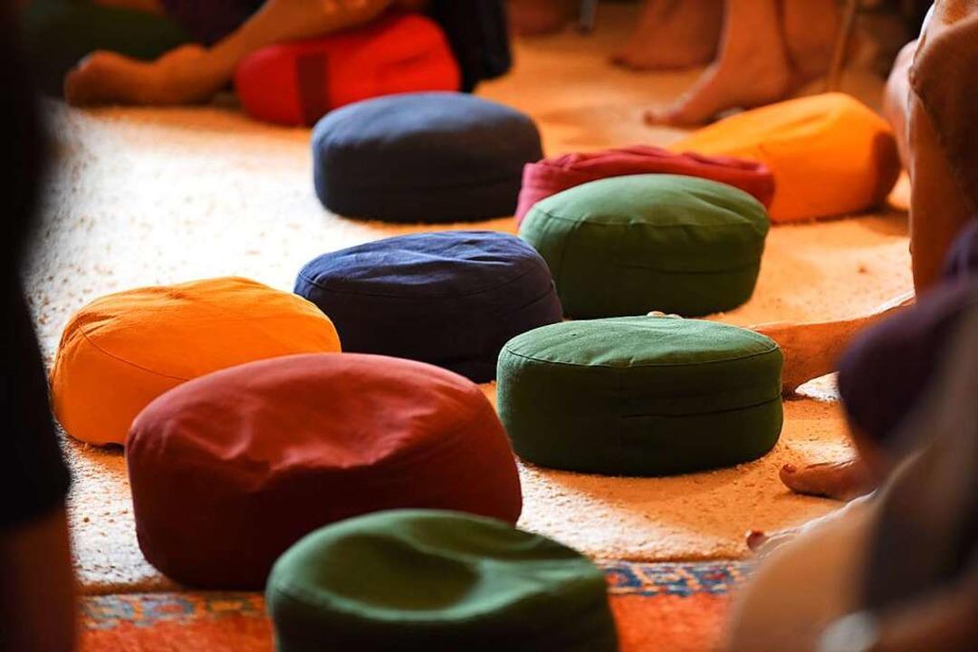 Ruhe fanden die Meditierenden auf diesen kleinen, bunten Meditationskissen.  | Foto: Rita Eggstein