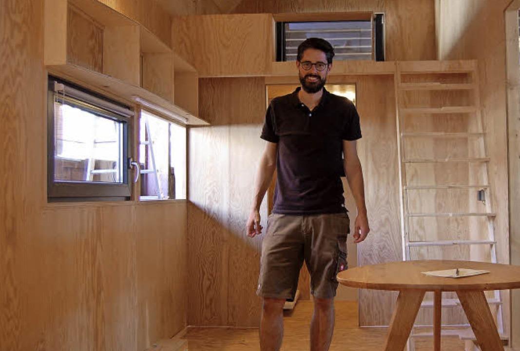 Matthias Wölfel im Wohnzimmer seines Tiny Houses     Foto: Hagen Späth