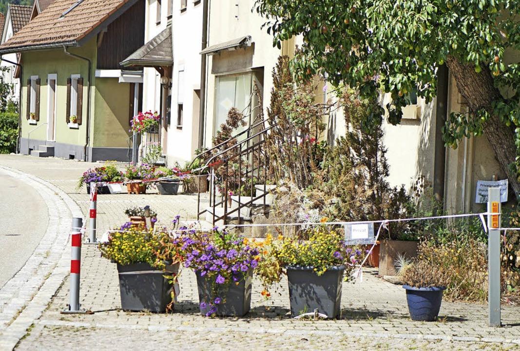 Die Familie Ruf will gegen den Bau des...ihres Grundstücks – abgesperrt.   | Foto: Verena Wehrle