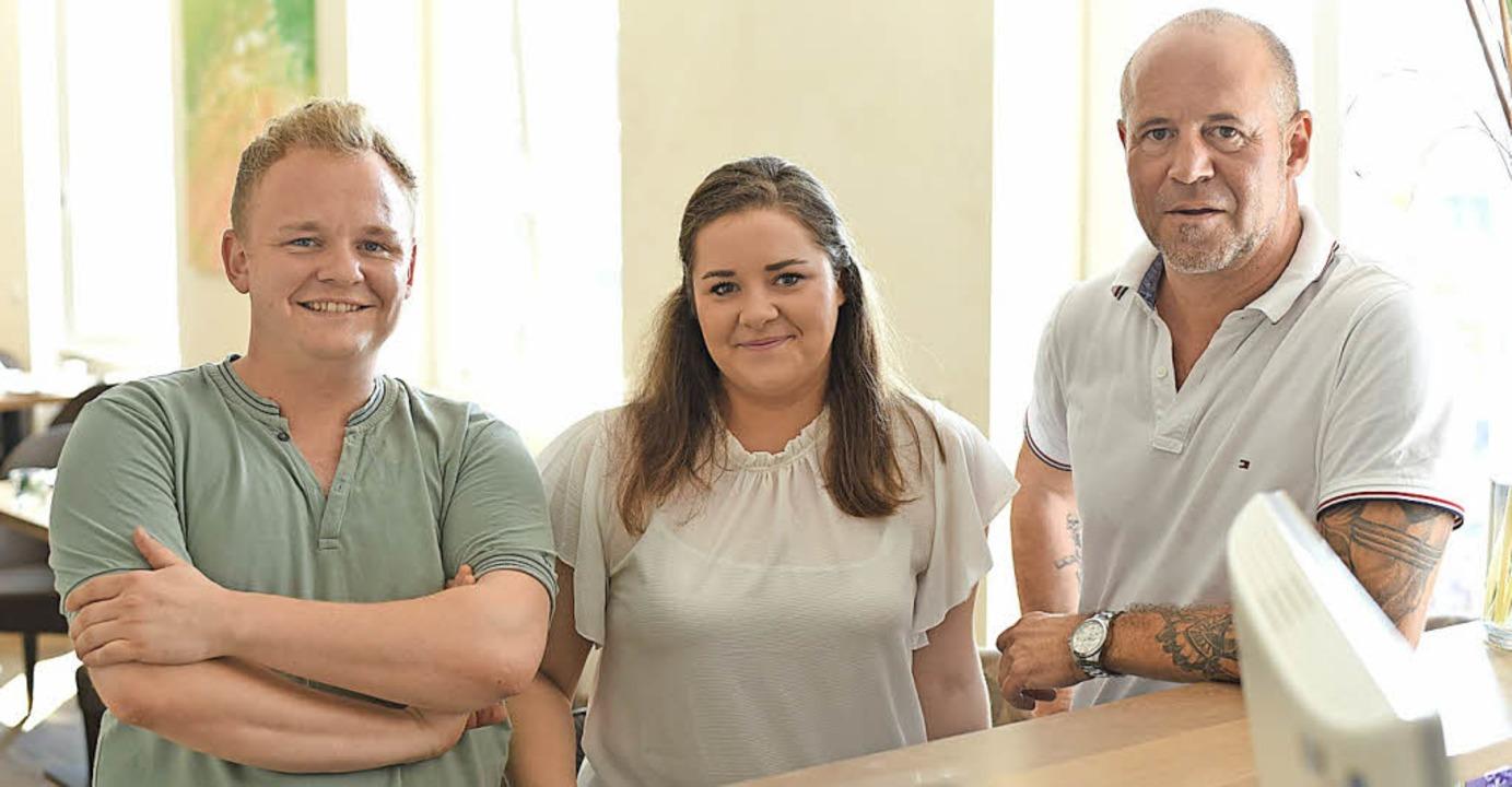 Neue Gastgeber: Nicolai (links), Larissa und Rainer Wiedmer   | Foto: Hirt