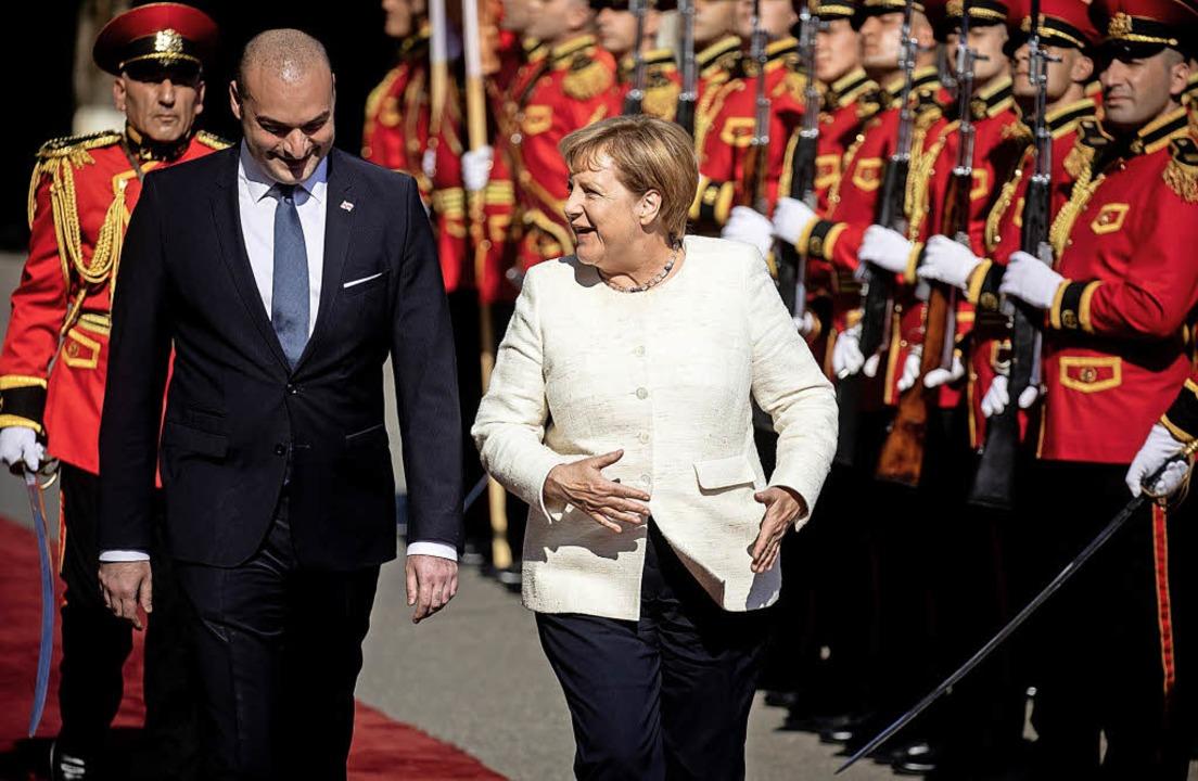 Am Donnerstag wurde Bundeskanzlerin An...se mit militärischen Ehren empfangen.   | Foto: dpa