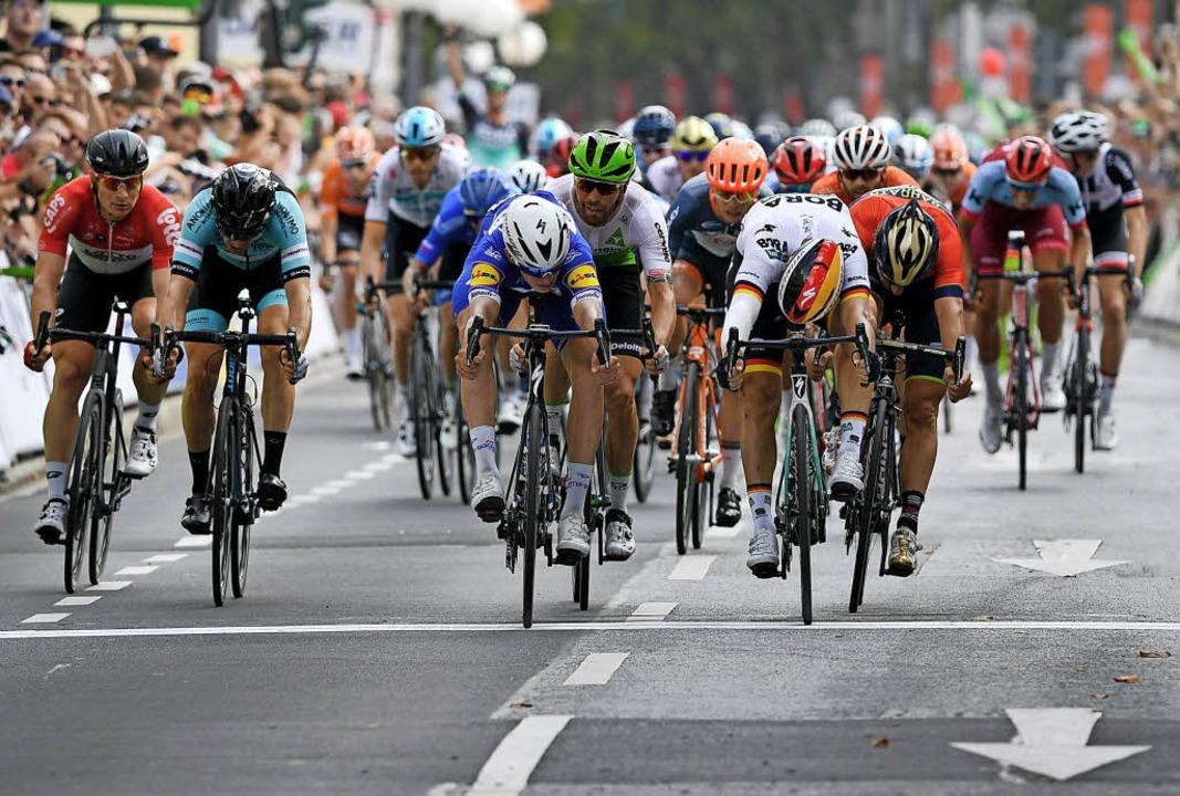 Zielfoto-Entscheid: Sieger Alvaro Hode...Etappe vor Pascal Ackermann (2.v.r.).   | Foto: dpa