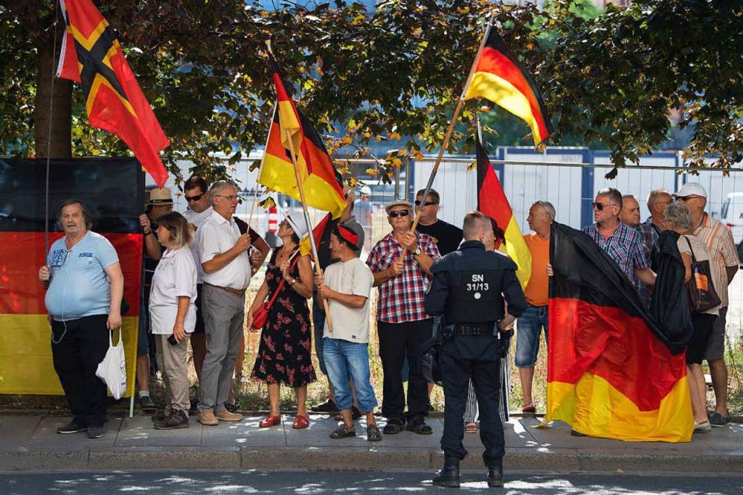 Teilnehmer einer Demonstration der isl...erin Merkel  an einer Straßenkreuzung.  | Foto: dpa