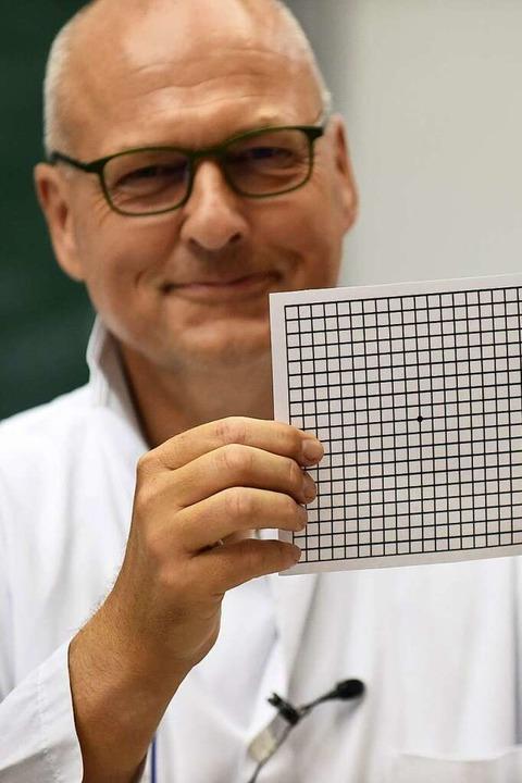 Thomas Reinhard wirbt für den Amsler-Test.  | Foto: Rita Eggstein