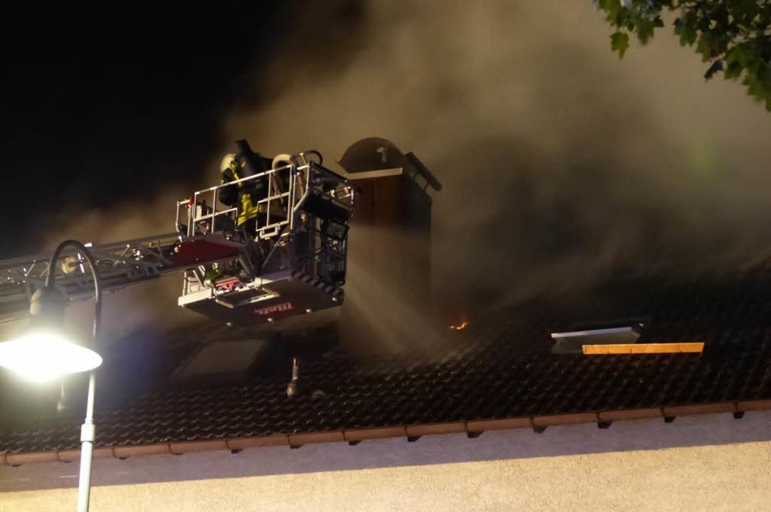 Ein Haus in der Denzlinger Markgrafens...h einem Blitzeinschlag Feuer gefangen.  | Foto: Helmut Gall
