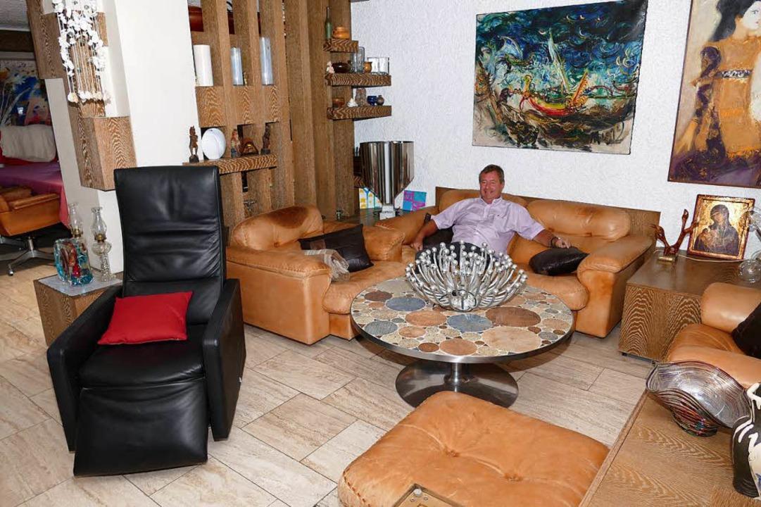 Thomas Schwind auf dem Sofa neben dem Sessel, in dem Eberle zu sitzen pflegte  | Foto: Peter Gerigk