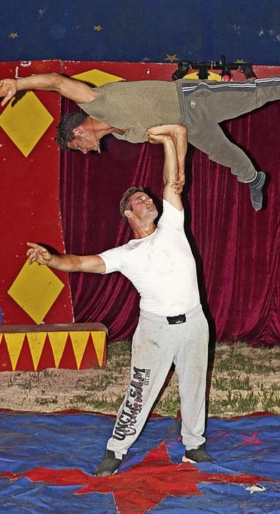 Manolito (unten) und Ronny Quaiser zeigen Akrobatik.    Foto: Dorothée Kuhlmann