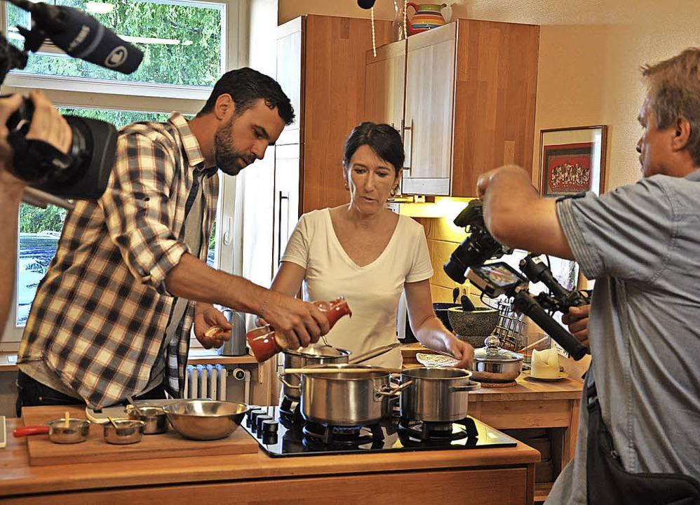 Moderator Steffen König (links) lernt ...mnisse ayurvedischer Kochkunst kennen.  | Foto: Jutta Schütz