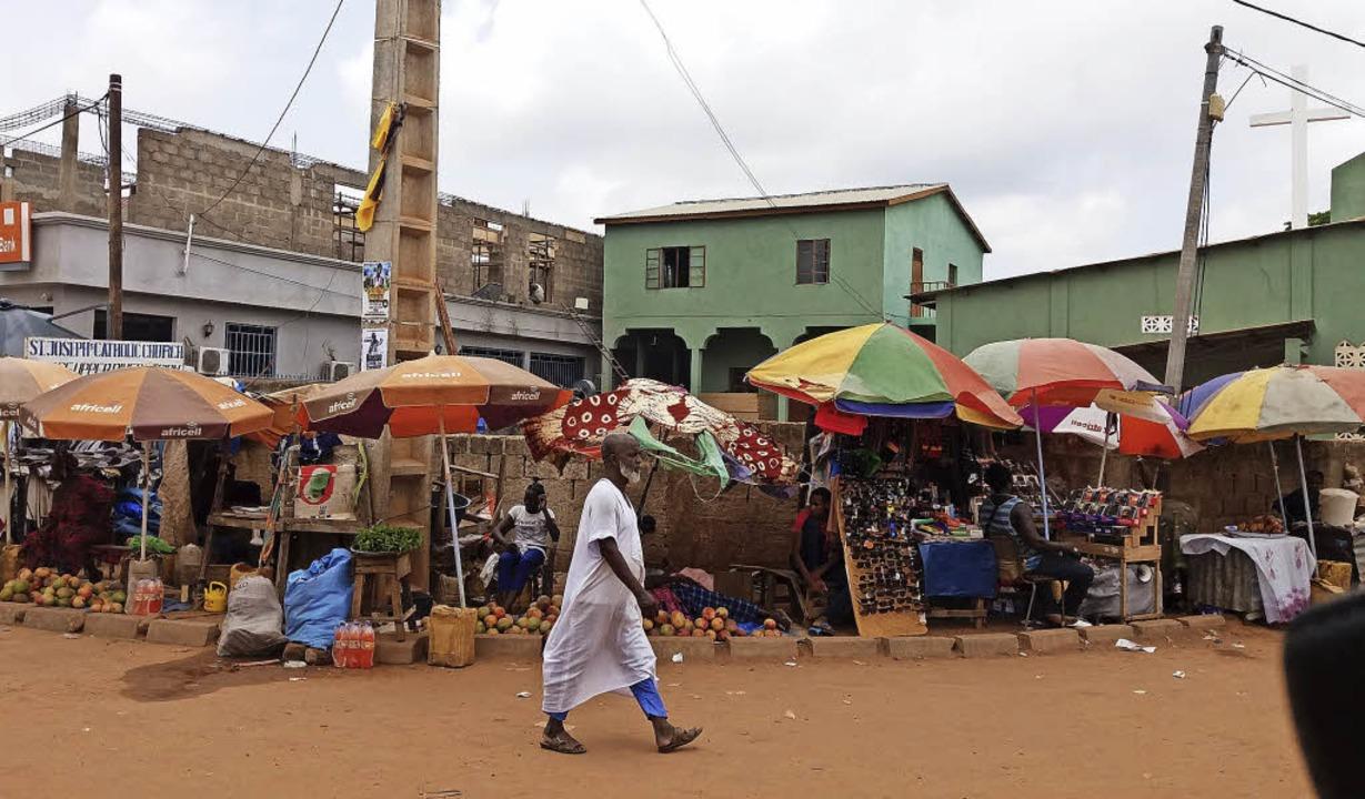 Marktszene in Gambia. Auf dem Boden gestapelt liegen die Mangos zum Verkauf.     Foto: Privat