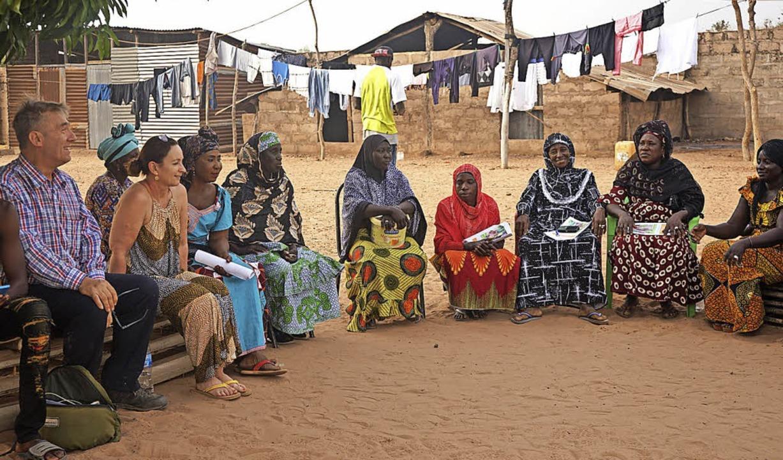 Samuel Gebert und Susanne Seywald im Kreis gambianischer Frauen    Foto: privat