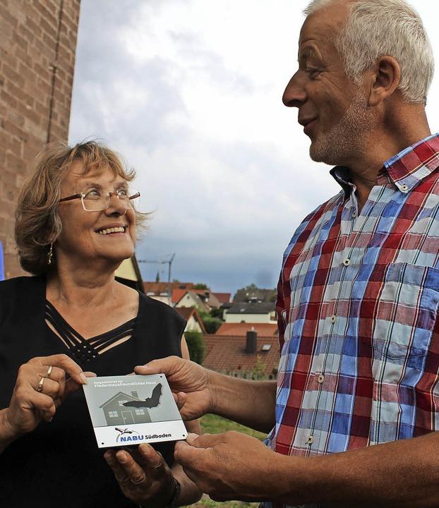 Simone Rudloff überreicht Stefan Metzger die Nabu-Plakette   | Foto: Krieger