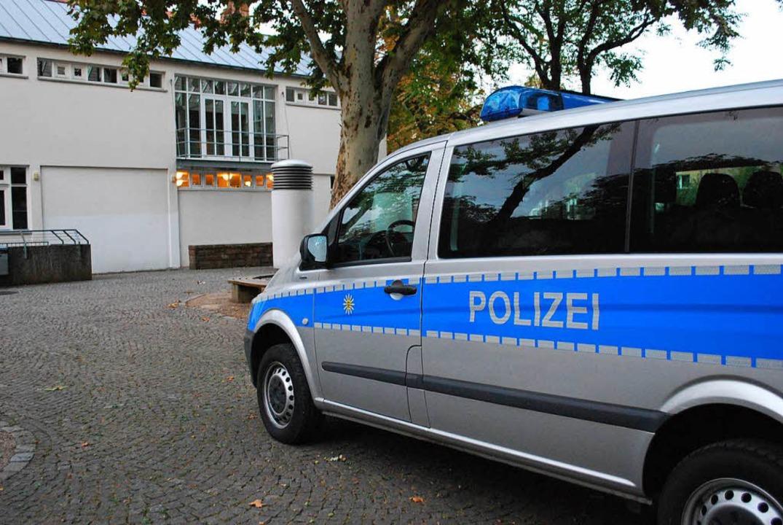 Hinter der Steinhalle parkten die Polizeifahrzeuge.  | Foto: Sylvia-Karina Jahn