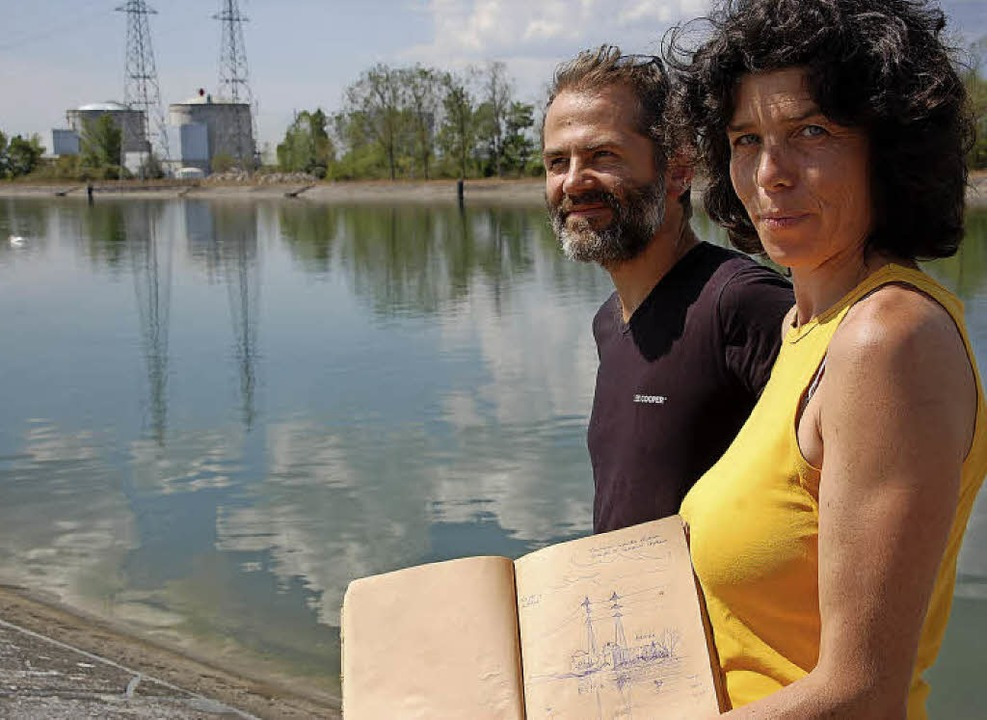 Laurence Mellinger und Domenique Meyer vor dem Akw   | Foto: NÜCKLES