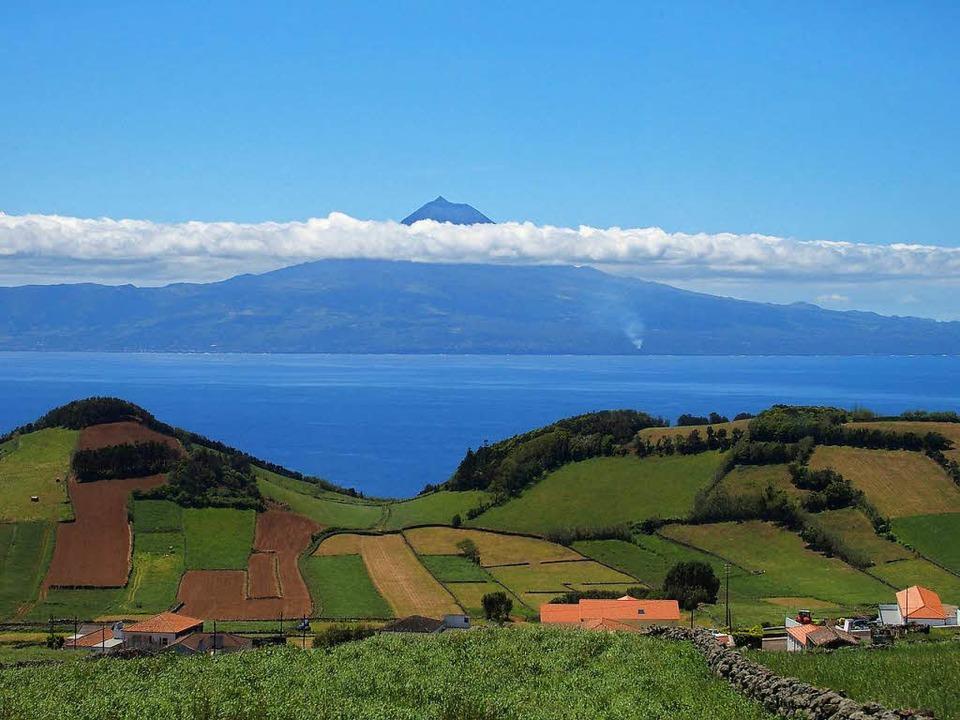 Gepflegte Kulturlandschaft weit vor Eu...Faial, im Hintergrund der  Vulkan Pico  | Foto: franzen