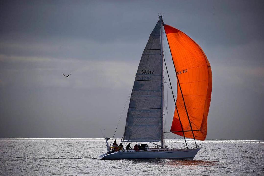 """Sail more, work less"": Me...das inoffizielle Motto der Azorenfans.  | Foto: dpa"