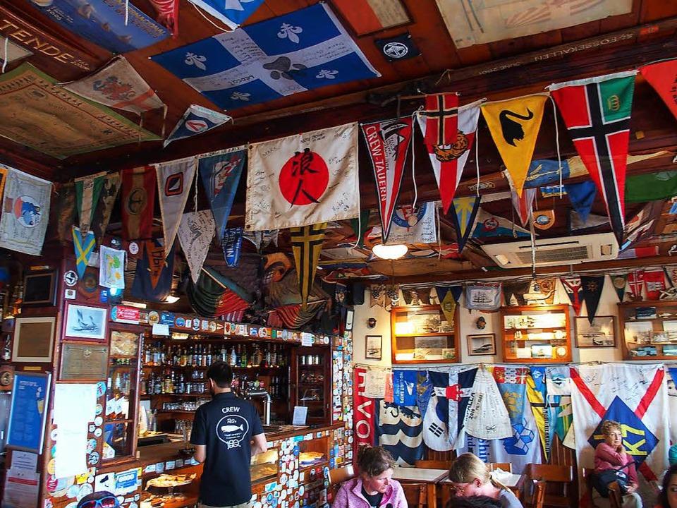 Unter aller Herren Länder Flagge:  das Peter Café Sport in Horta  | Foto: -
