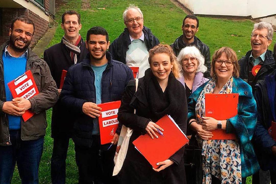 Sabrina Huck (Mitte) beim Haustür-Wahlkampf mit Labour-Parteimitgliedern   | Foto: Privat