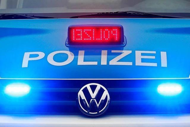 Rüpelhafter SUV-Fahrer zeigt seinem Kontrahenten einen Polizeiausweis