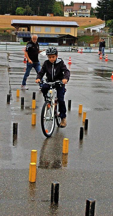 Zuerst ging's mit dem  Fahrrad auf den Parcours und rund um die Hütchen.  | Foto: Christian Ringwald
