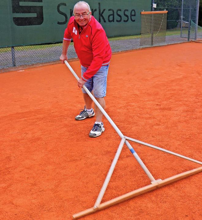 Beim Scharieren: Seit mehr als 30 Jahr...mm der Helfer beim ITF-Tennis-Turnier.  | Foto: Dieter Maurer