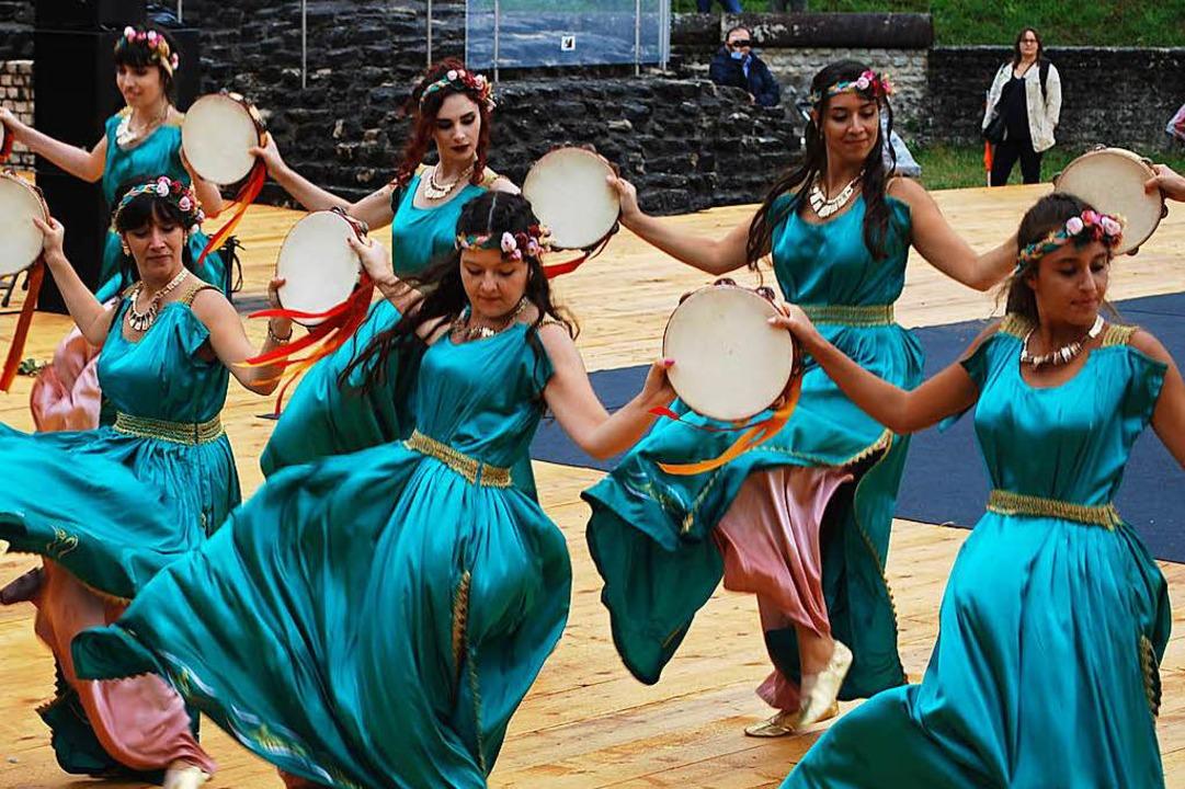Lieblich: Tänzerinnen aus Italien führen antike Tänze auf.  | Foto: Thomas Loisl Mink