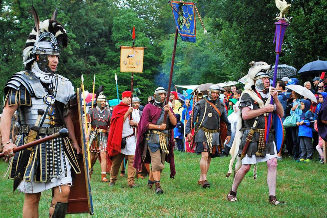Die Legionäre ziehen aus dem Kastell aus.  | Foto: Thomas Loisl Mink