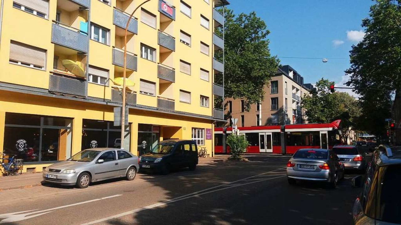 Weitaus nüchterner ist die Nachkriegsa... – durch die Komturstraße fährt.    Foto: Thomas Jäger