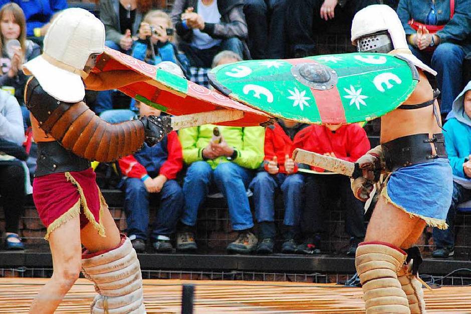 Gladiatoren aus Mailand kämpften im vollbesetzten Theater gegeneinander. (Foto: Thomas Loisl Mink)