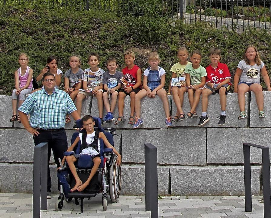 Bürgermeister Rafael Mathis und die Kinder vor dem Rathaus   | Foto: Privat