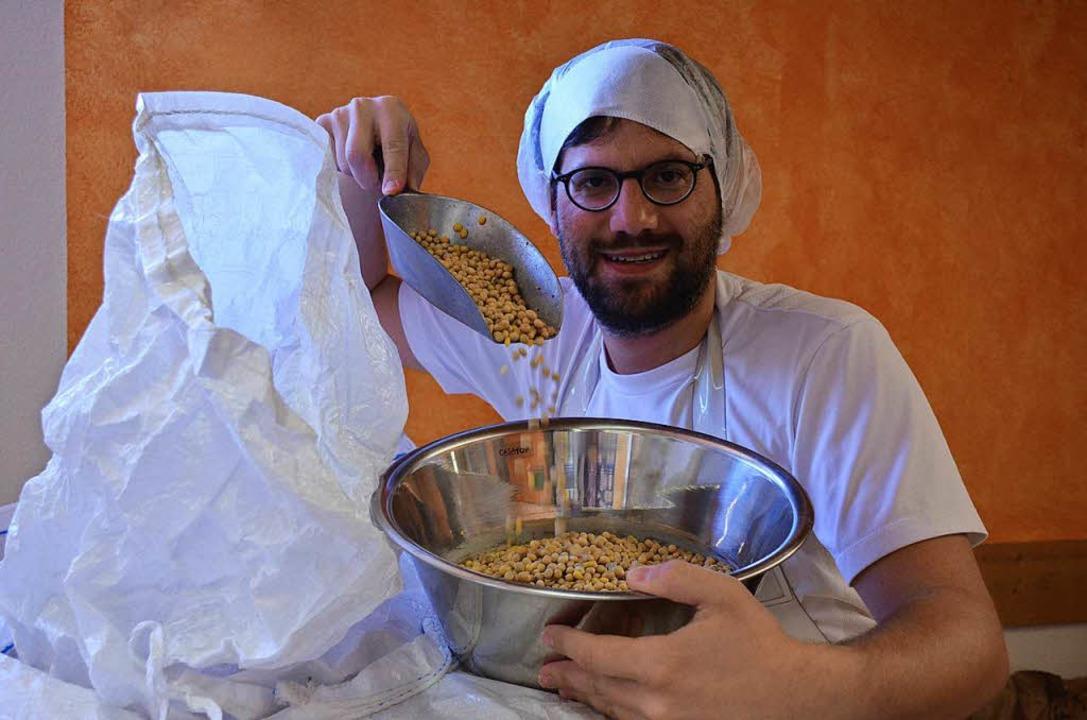 Aus Sojabohnen, Wasser, Salz und  eine...ittel nach japanischer Tradition her.   | Foto:  geh