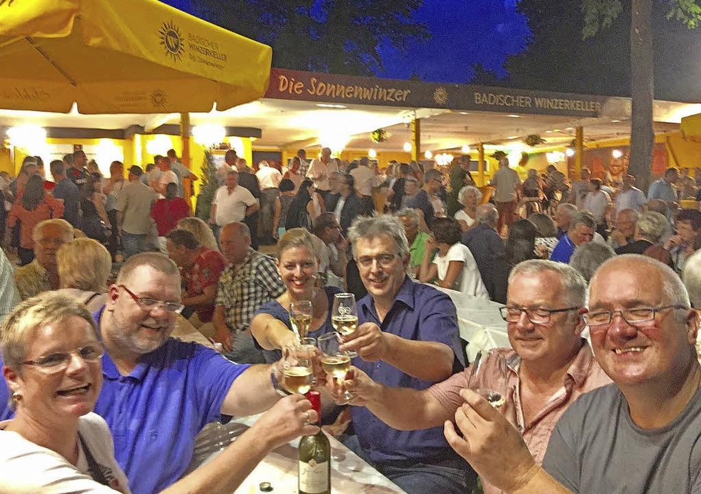 Zum Wohl! Das Weinfest lädt zum geselligen Beisammensein.   | Foto: Badischer Winzerkeller
