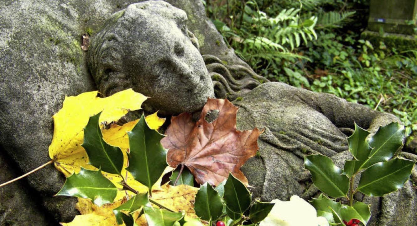 Auch über das Grabmal der jung verstor...eren. Es trägt die Inventarnummer 956.    Foto: Hans Sigmund