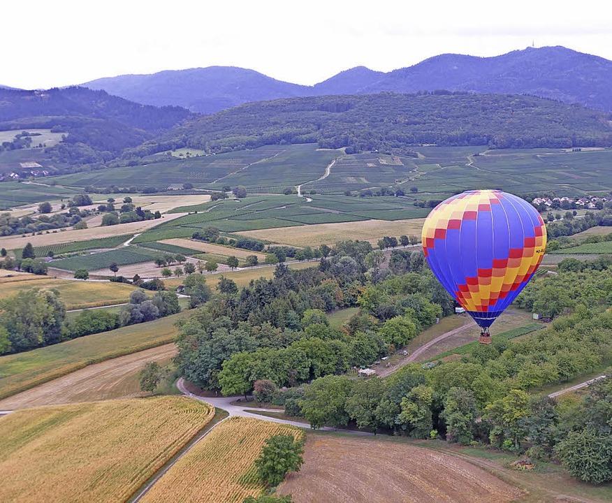 Im Ballon über das Markgräflerland, im Hintergrund der Blauen  | Foto: Susanne Ehmann