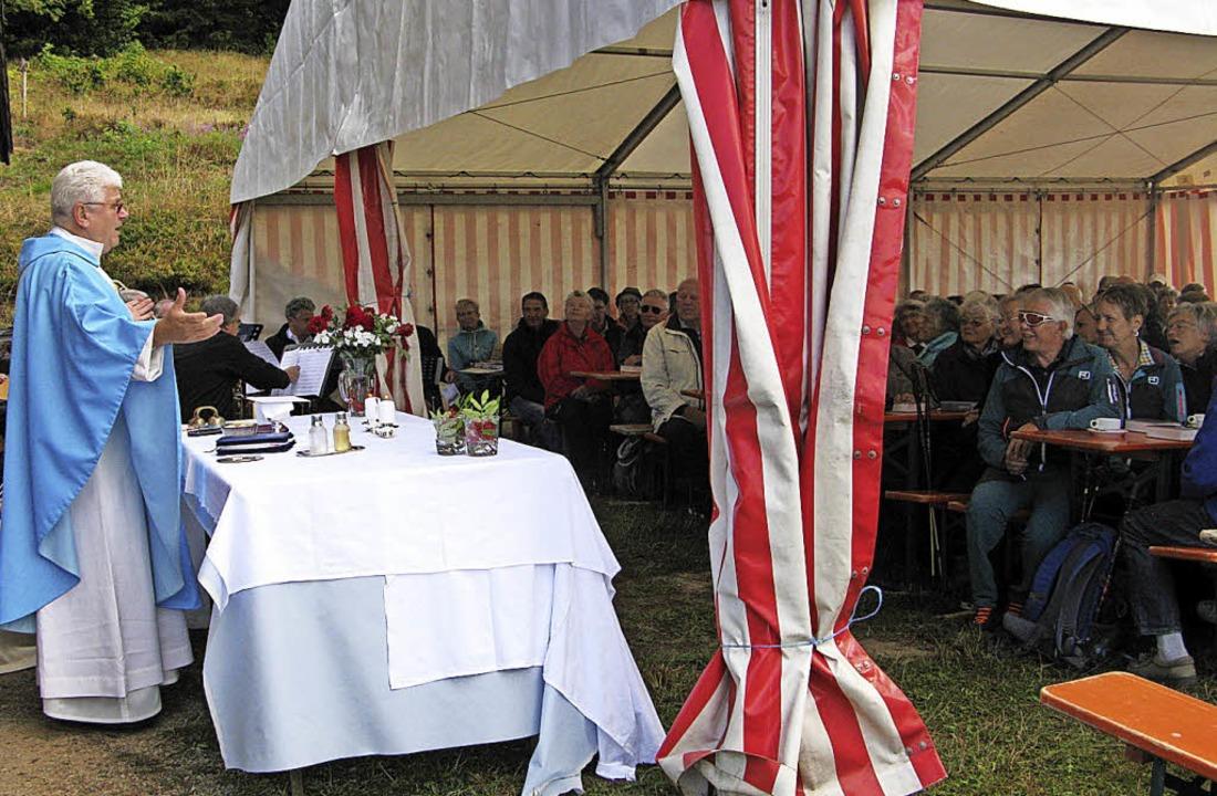 Pater Roman zelebriert vor der Hütte e...stzelt reicht nicht für alle Besucher.    Foto: Ulrike Spiegelhalter