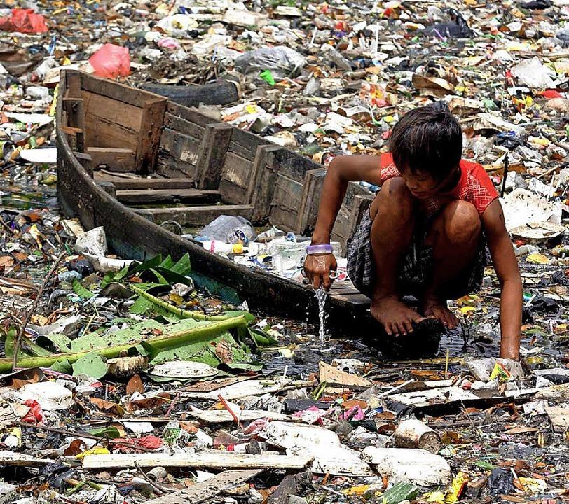 Teile Jakartas liegen unter dem Meeres...8211; auf den Flüssen treibt der Müll.  | Foto: dpa
