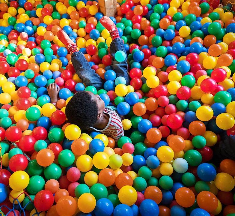 Bällebad oder Bad in der Menge? Nicht ...introvertierte Kind hat soziale Angst.  | Foto: dpa