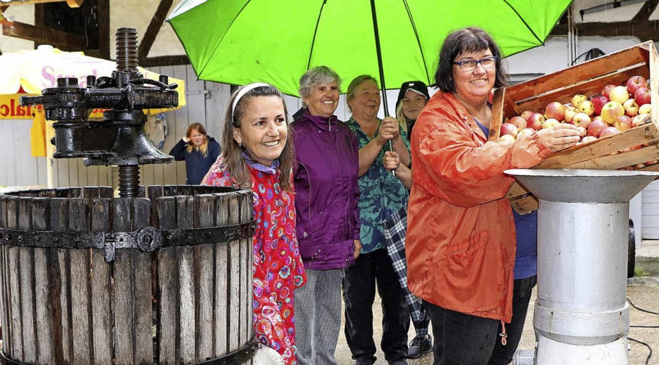 Der Bauernmarkt in Kappel-Grafenhausen kam trotz des Regens sehr gut an.  | Foto: Ulrike Hiller