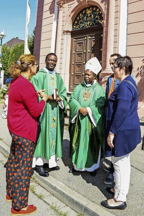 Pfarrer Martin Djebaté (links) und Bis...im Gespräch mit Gottesdienstbesuchern   | Foto: Sandra Decoux-Kone