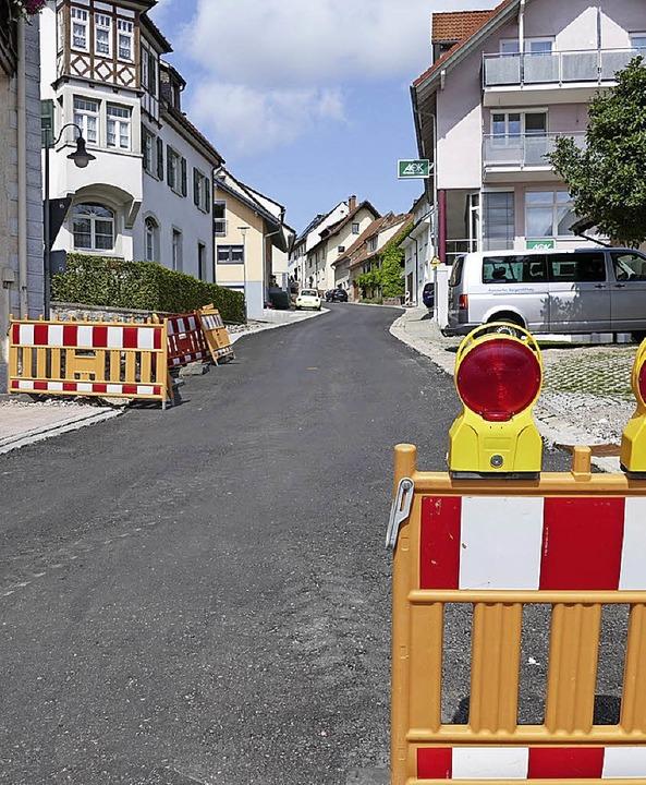 Der untere Teil der Bergstraße ist bereits wieder asphaltiert.  | Foto: Juliane Kühnemund