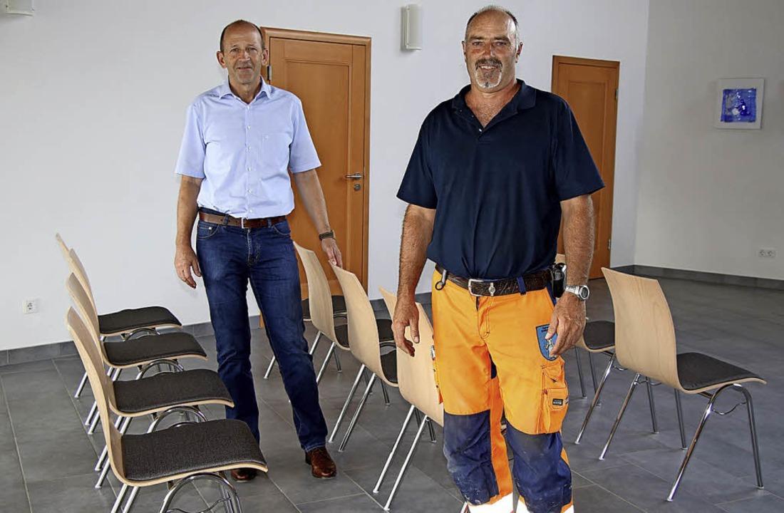 Bürgermeister Christian Behringer und ...euen Stühle für die Einsegnungshalle.     Foto: Chris Seifried