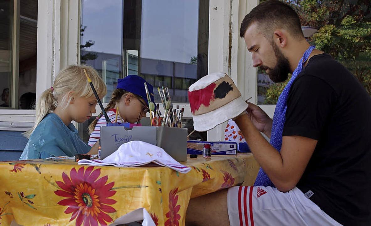 Bei der Ferienaktion bemalten die Kinder auch schattenspendende Hüte.  | Foto: Annika Sindlinger
