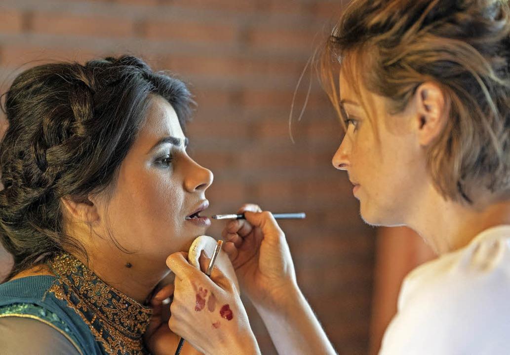 Vor dem Fototermin werden die Frauen v...ylistin Alexandra Döring  geschminkt.     Foto: Ingrid Vielsack
