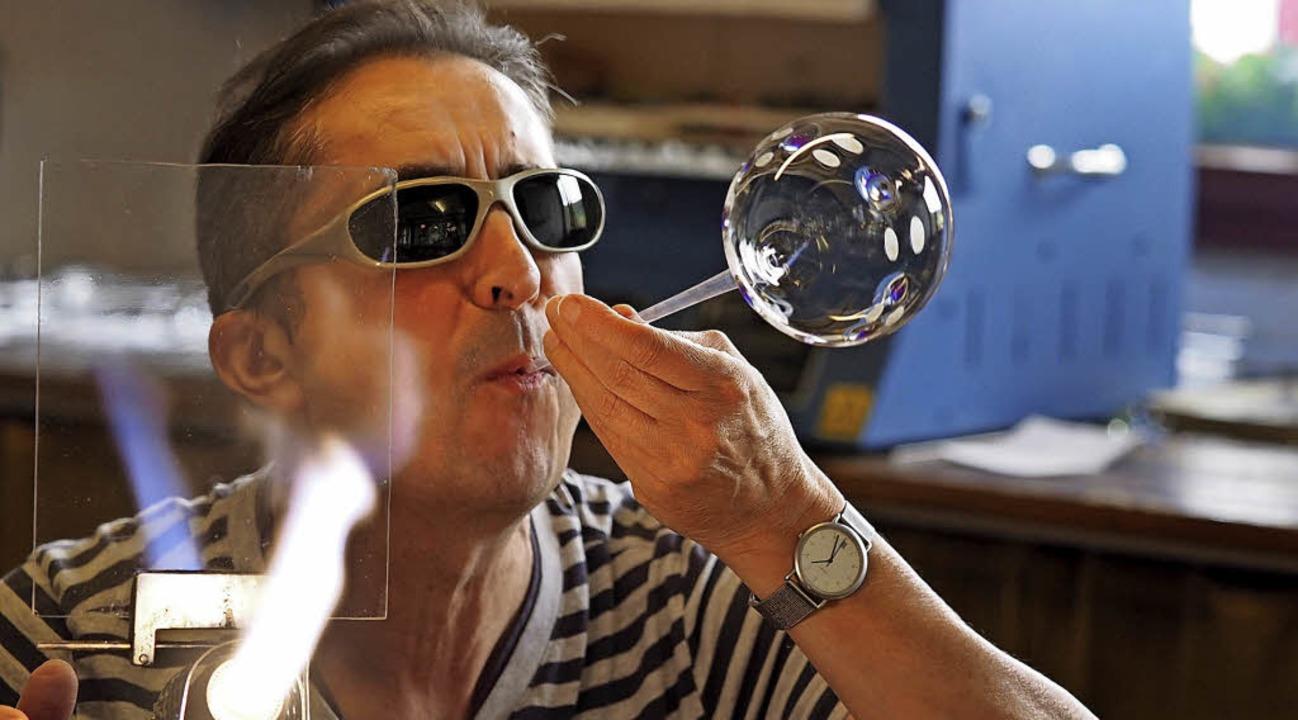 Peter Eckhardt stellt an seinem offenen Brenner eine Glaskugel her.   | Foto: Susanne Gilg