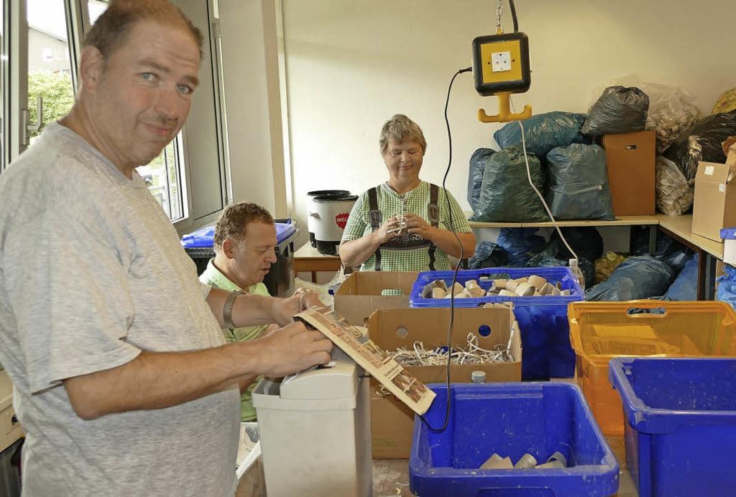 Die Produktion der beliebten Ofenanzün...ensheimat freuen sich auf die Arbeit.     Foto: Martin Wunderle