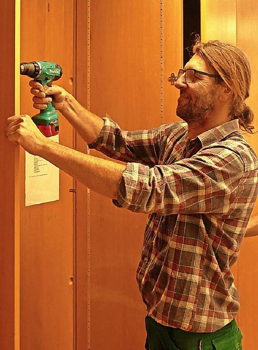 Janosch Botos, Leiter der Holzwerkstat...zeit beim Aufbau der Regale gefordert.    Foto: Martin Wunderle