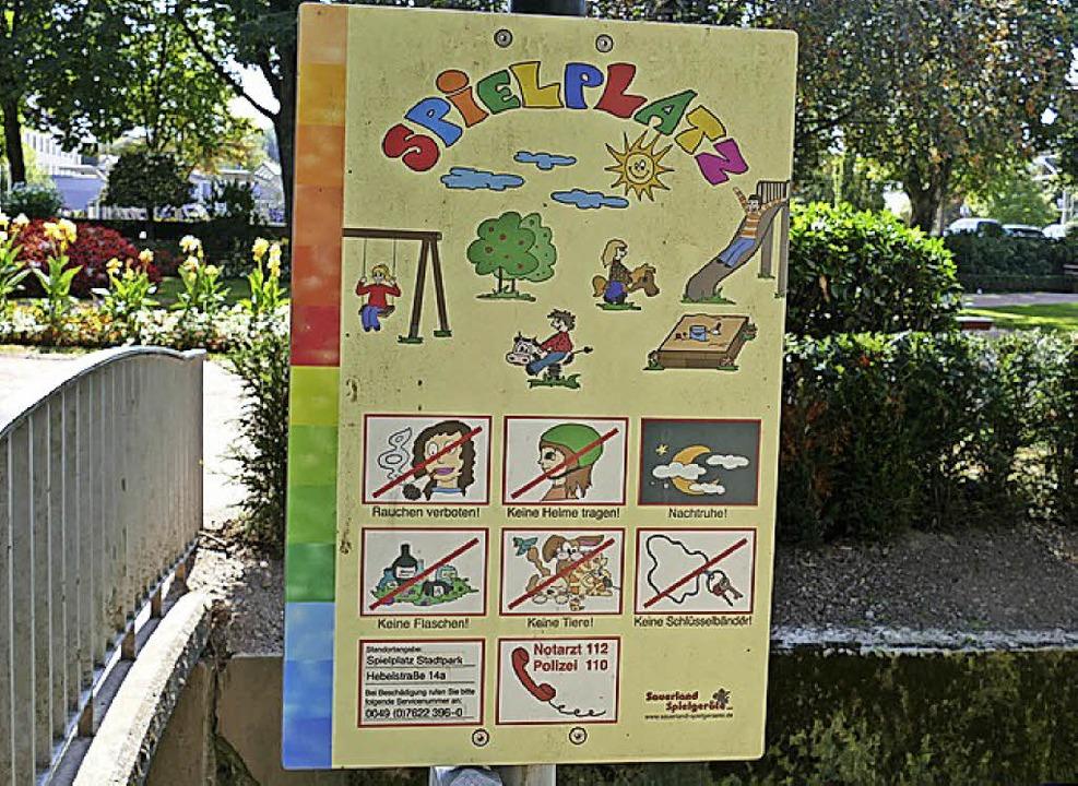 """Empfehlend, nicht amtlich:   Das &#822...bot"""" auf dem Spielplatz-Schild.     Foto: André Hönig"""